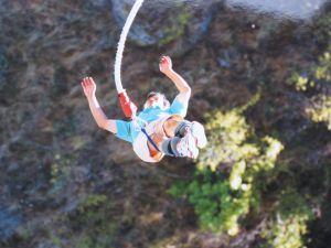 NZ クイーンズタウン カワラウ橋でのバンジージャンプ;リバウンド中