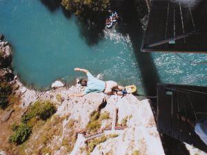 NZ クイーンズタウン カワラウ橋でのバンジージャンプ;飛び出し直後