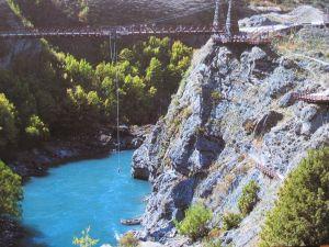 NZ クイーンズタウン カワラウ橋でのバンジージャンプ;全景