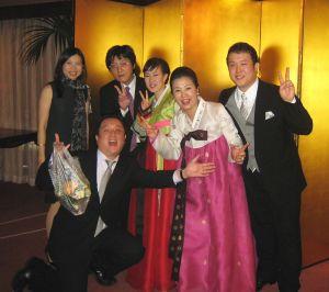 希貞ちゃんとS君の結婚披露パーティー; お開き口で ハイ ピース!